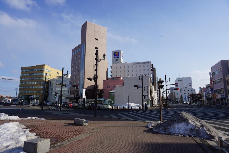 釧路駅前の交差点と北大通