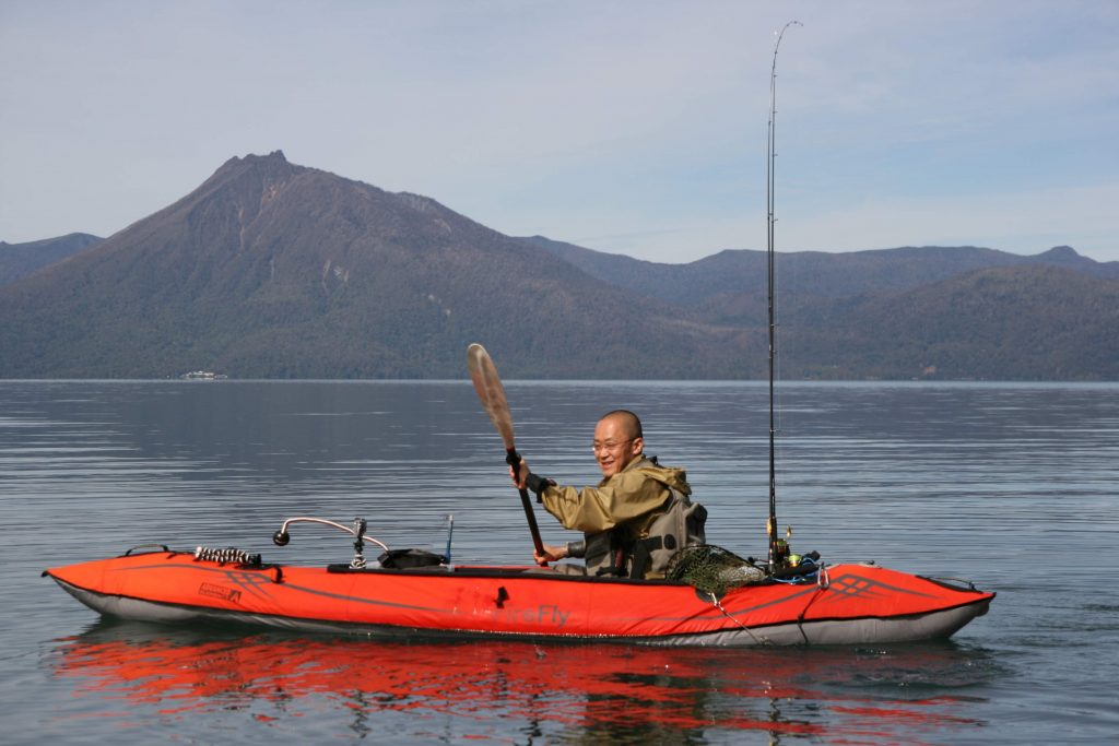 支笏湖で釣りをするスマートルアー岡村さん