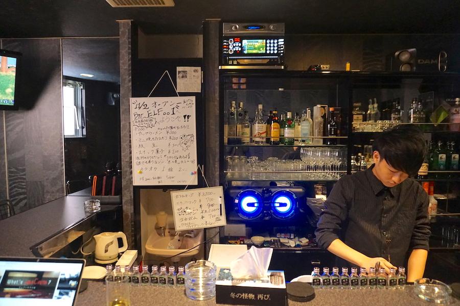 Bar ELFoo1で働く武田将也さんの様子