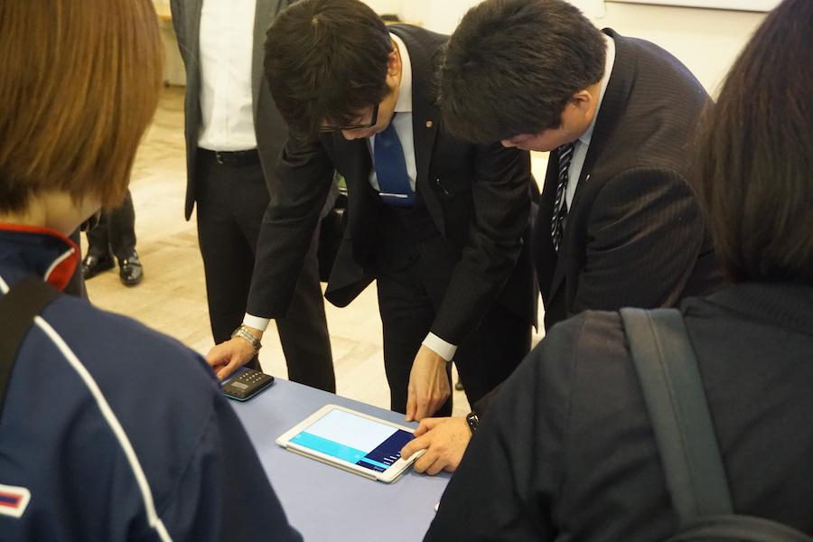 熱心にAirペイとAirレジの実機を操作する参加者