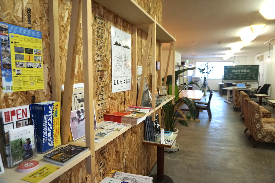 釧路コワーキングスペース「HATOBA」に置かれた地元のチラシやお店紹介