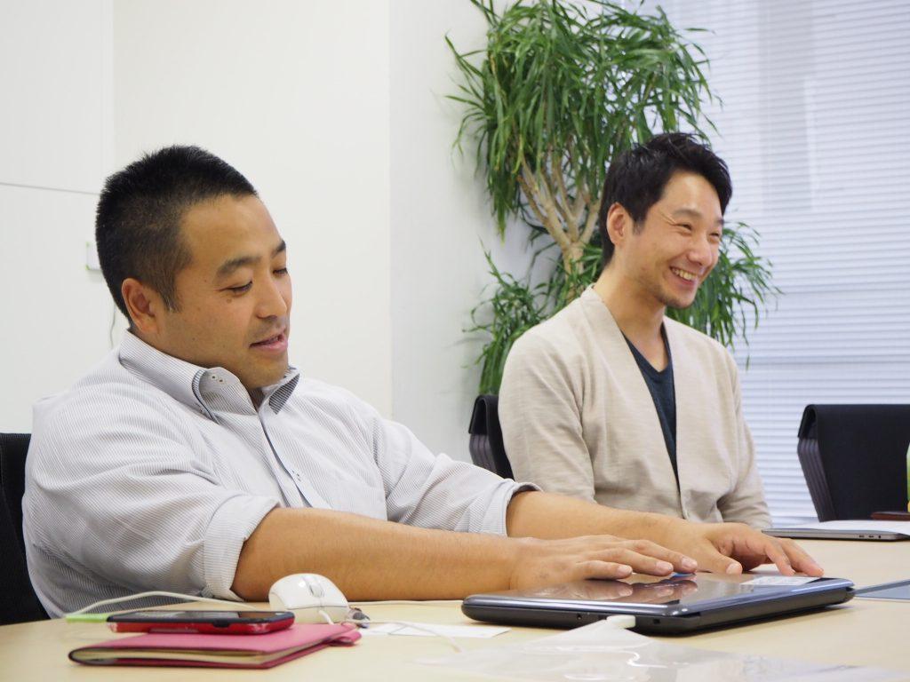 (写真左) エコモット株式会社 代表取締役 入澤拓也さん (写真右)BULB株式会社 CEO 阿部友暁さん(以下はエコモット、BULBと表記)