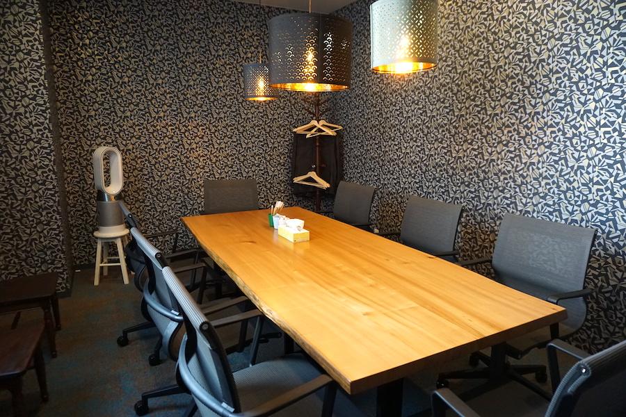 帯広市の事業創発拠点「とかちのやりたい実現カフェ LAND(ランド)」の会議室