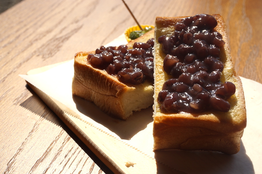 ファームカフェ「2π(ツーパイ)cows Cafe」のあずきトースト