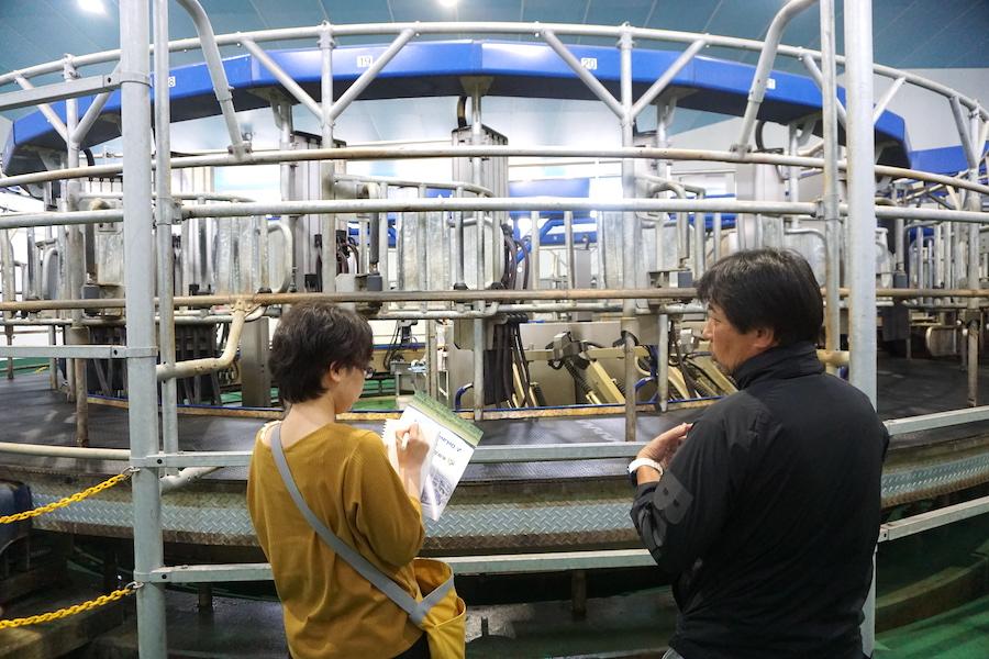 ARMの前で取材を受ける希望農場の佐々木大輔代表
