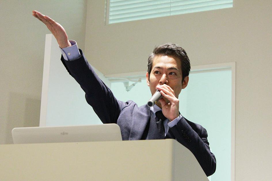 質問を投げかける日向氏