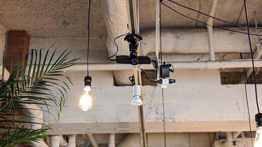 カメラは店内の席を見渡せる場所に設置。